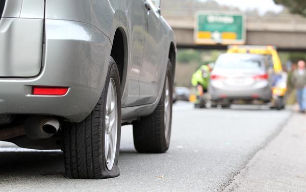 Biztonsági tanácsok és szabályok, ha autópályán kap defektet az ember- defektjavítás autópályán